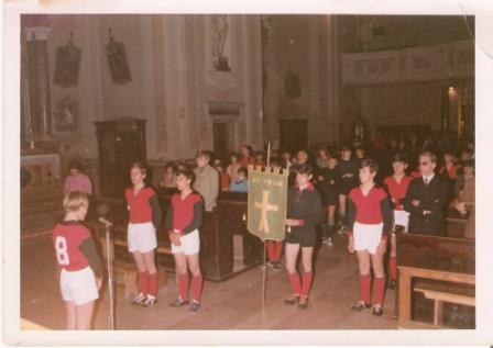 aprile 1970. benedizione gagliardetto us telve chiesa. livio rigon fiorenzo trentin vittorio pecoraro renzo rigon silvano micheletti